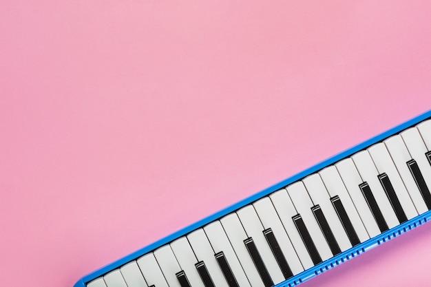 Piano zwart en wit toetsenbord op roze achtergrond Premium Foto