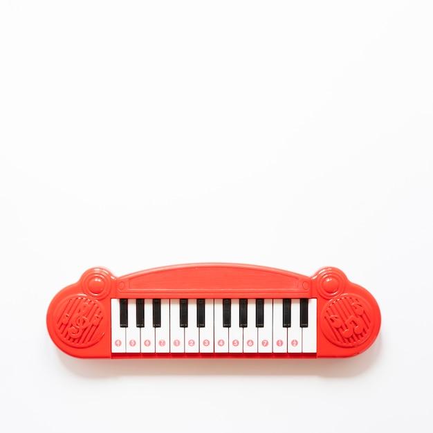 Pianostuk speelgoed op witte achtergrond met exemplaarruimte Gratis Foto