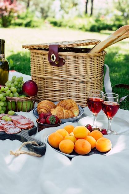 Picknick in het park op het groene gras Premium Foto