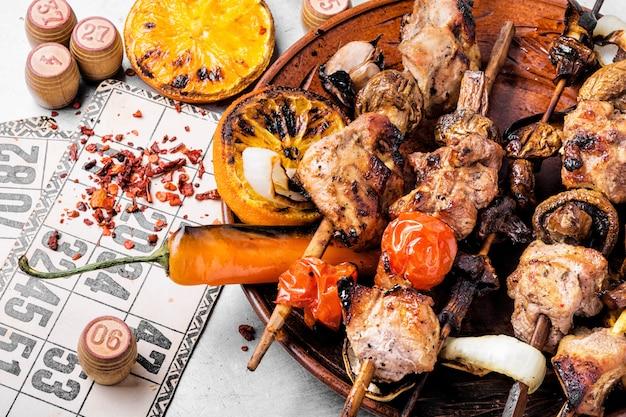 Picknick met kebab en bordspel Premium Foto