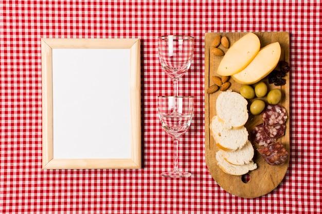Picknickassortiment met houten frame mock-up Gratis Foto