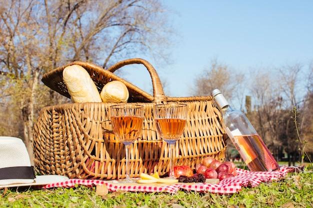 Picknickmand met fles witte wijn Gratis Foto