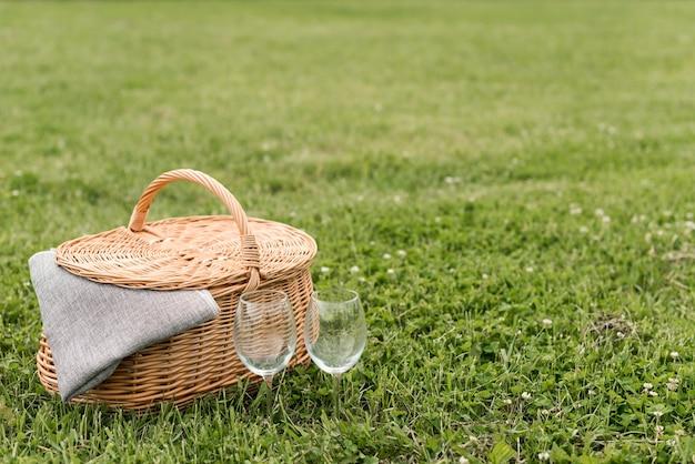 Picknickmand op parkgras Gratis Foto