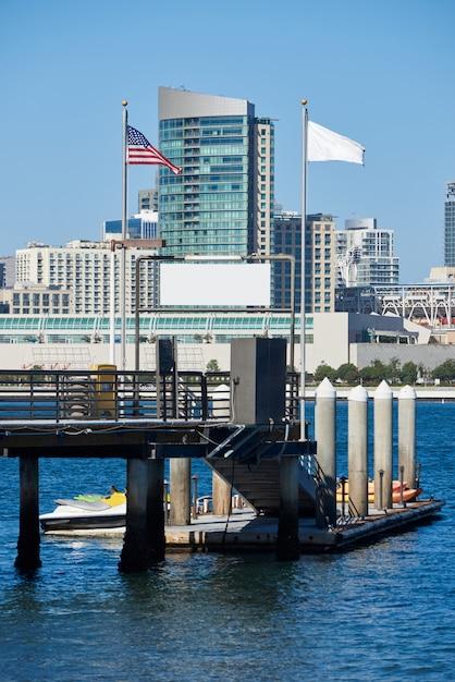 Pier met kajak boten, skyline van het centrum in san diego Gratis Foto