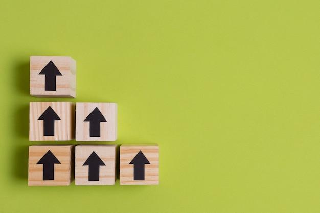 Pijlen op houten kubussen maken van trappen Gratis Foto