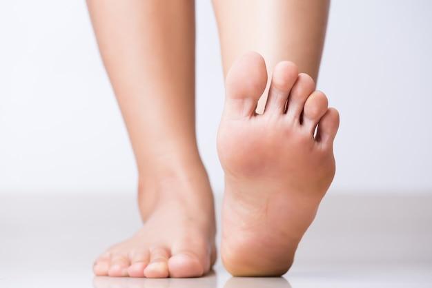 Pijn van de close-up de vrouwelijke voet, gezondheidszorgconcept Premium Foto