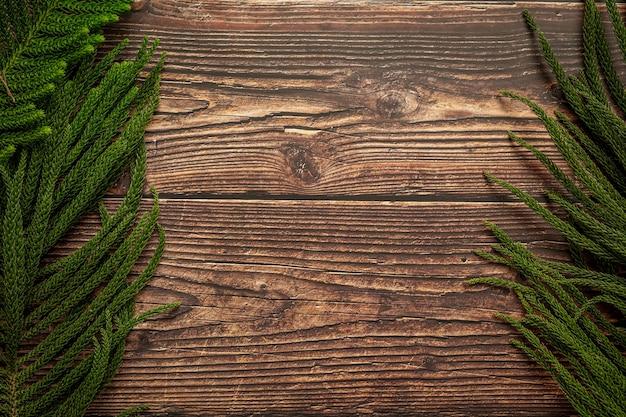 Pijnboombladeren op houten achtergrond Gratis Foto