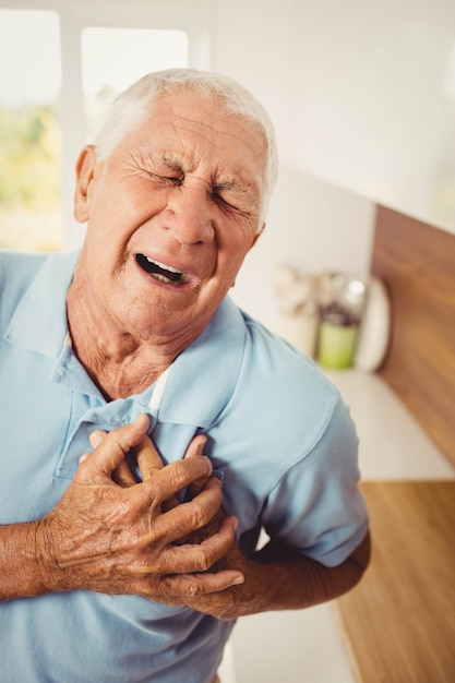 Pijnlijke senior man met pijn op het hart thuis Premium Foto