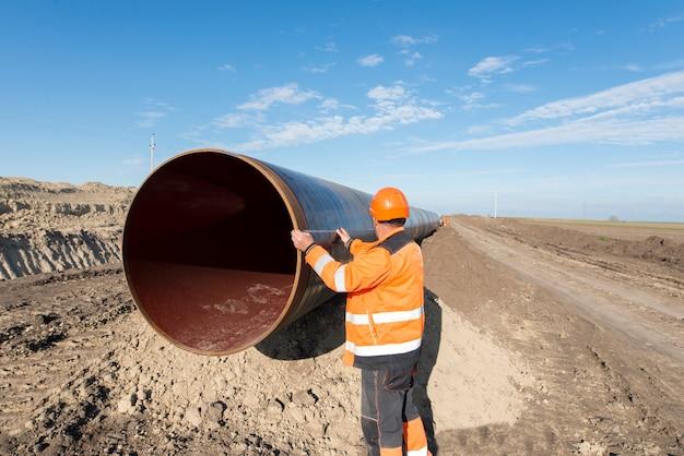 Pijpleidingmedewerkers die de buislengte meten voor de aanleg van gas- en olieleidingen Gratis Foto