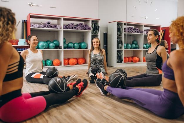 Pilatesgroep die in een gymnastiek uitwerkt Gratis Foto