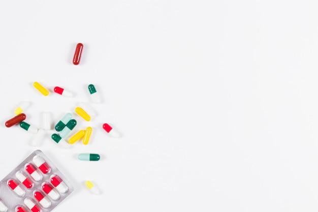 Pilblaar en capsules op witte achtergrond worden geïsoleerd die Gratis Foto