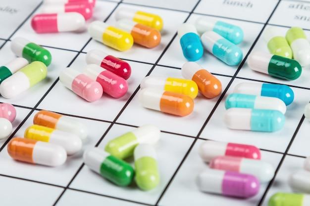 Pillen hebben een andere kleur op de kalender Premium Foto
