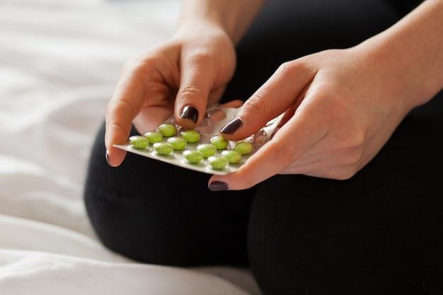 Pillen in handen van een blanke vrouw Gratis Foto