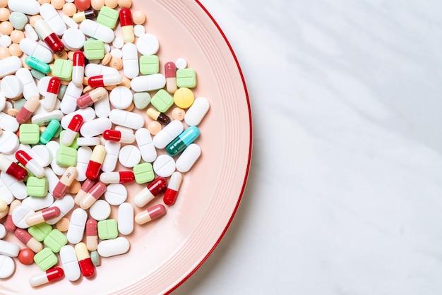 Pillen, medicijnen, apotheek, medicijnen of medisch op plaat Premium Foto