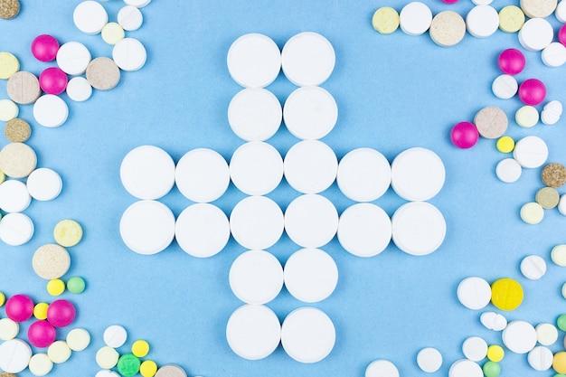 Pillen op een blauwe achtergrond Premium Foto