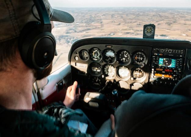 Piloot die overdag een vliegtuig bestuurt Gratis Foto