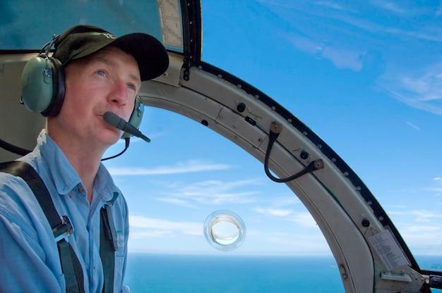 Piloot in de cockpit zitten Premium Foto
