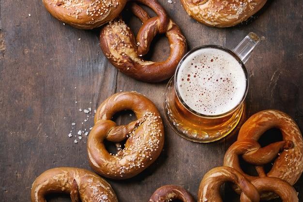 Pils met pretzels Premium Foto