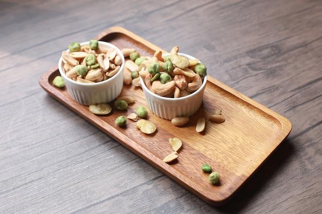 Pinda's en gedroogde cashewnoten en vele andere noten samen met snacks die een hoge voedingswaarde bieden. Premium Foto