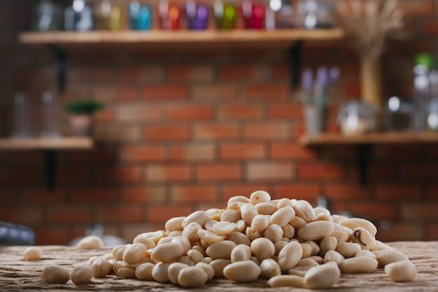 Pindazaden op een houten achtergrond in de keuken Gratis Foto