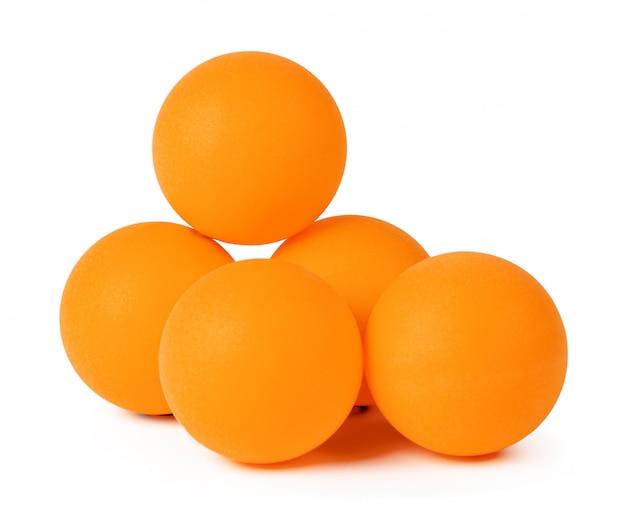 Pingpongballen op witte achtergrond worden geïsoleerd die Premium Foto