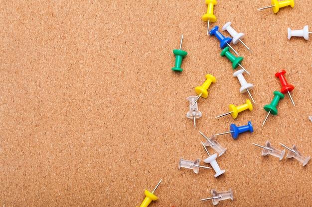Pinnen op bruin cork board achtergrond Premium Foto