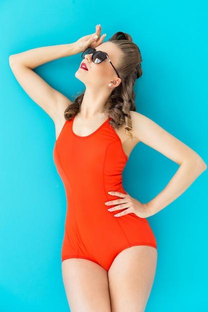 Pinupvrouw in rood zwempak Gratis Foto
