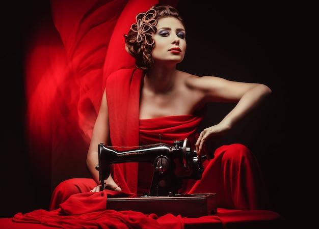 Pinupvrouw met naaimachine Premium Foto