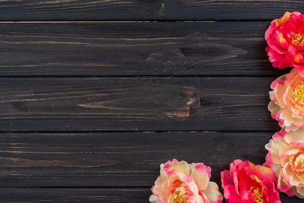 Pioenbloemen op een oude houten lijst Premium Foto