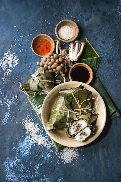 Piramidale dumplings van rijst Premium Foto