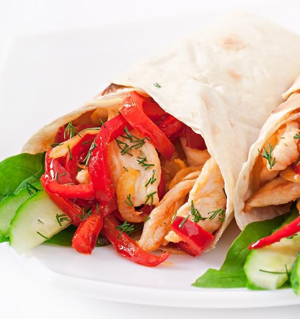 Pita gevuld met kip en paprika Gratis Foto