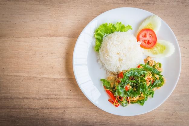 Pittig gebakken basiliekblad met kip en rijst Gratis Foto