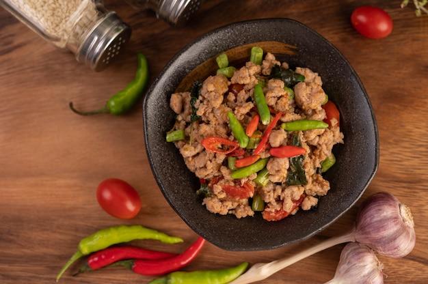 Pittig gehakt varkensvlees en rijst op een zwarte plaat. Gratis Foto