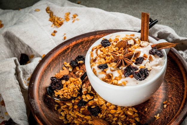 Pittig herfst- en winterontbijt met granola, Premium Foto