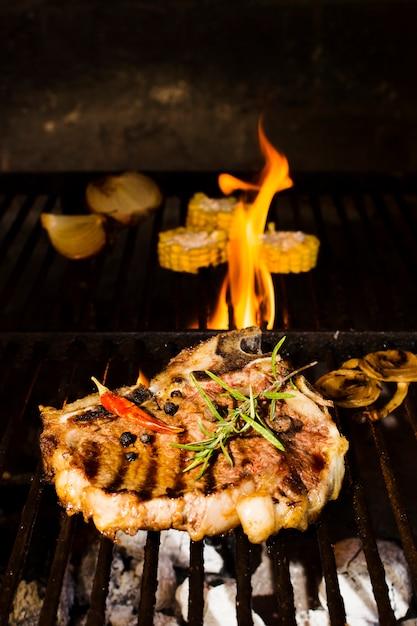 Pittige biefstuk met groenten gekookt in brand Gratis Foto