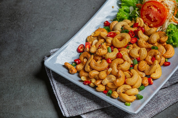 Pittige cashewnoten gegarneerd met gehakte hete chili. Gratis Foto