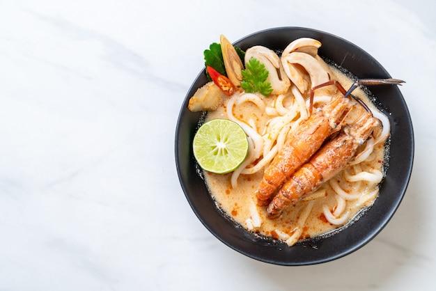 Pittige garnalen udon ramen noodle (tom yum goong) Premium Foto