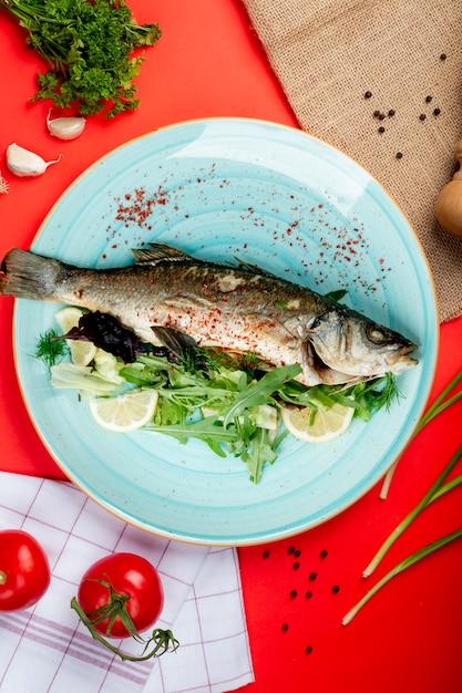 Pittige gebakken vis met kruiden en citroen Gratis Foto