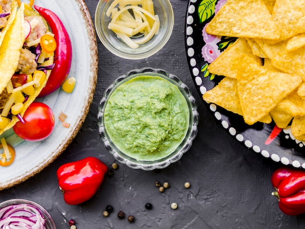 Pittige guacamole dip en knapperige mexicaanse snacks Gratis Foto