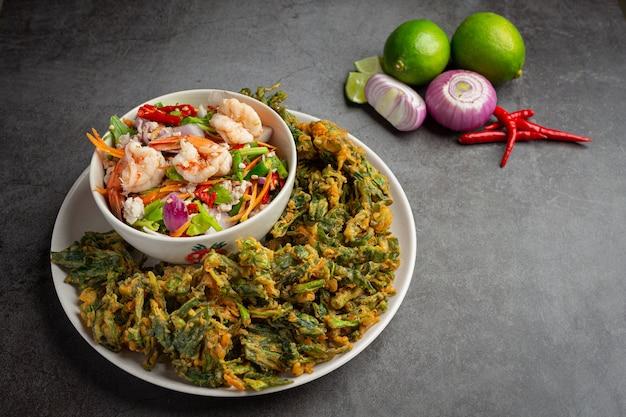 Pittige knapperige morning glory-salade met garnalen, pittige verse garnalen, thais eten. Gratis Foto