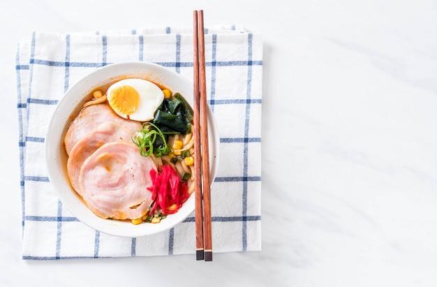 Pittige miso udon ramen noodle met varkensvlees Premium Foto