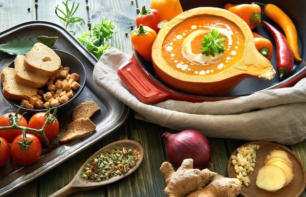 Pittige plantaardige roomsoep gekruid met chili en gember Premium Foto
