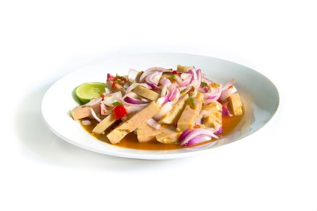 Pittige salade met gefermenteerde varkensworst en chilipasta. thais voedsel op schotel die op witte achtergrond wordt geïsoleerd Premium Foto