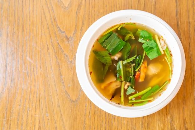 Pittige soep met varkensribbetjes Premium Foto