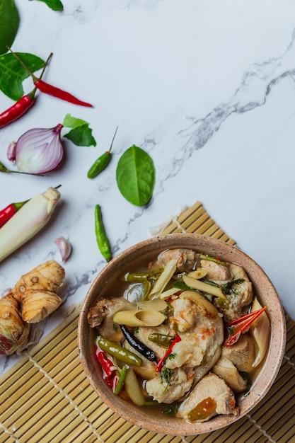 Pittige varkenspeesoep en thaise voedselingrediënten. Gratis Foto