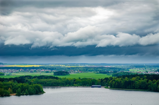 Pittoresk groot minsk-reservoir drozdy in wit-rusland. Premium Foto
