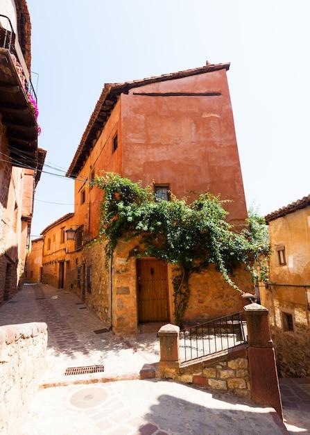 Pittoreske residentiële stenen huizen in albarracin Gratis Foto