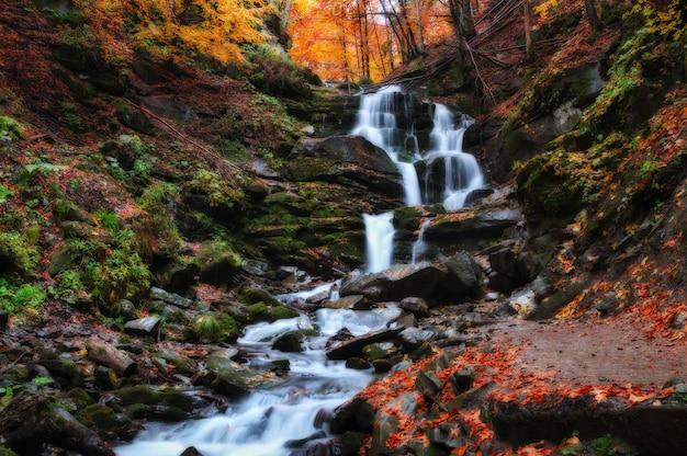 Pittoreske waterval in de herfst bos Premium Foto