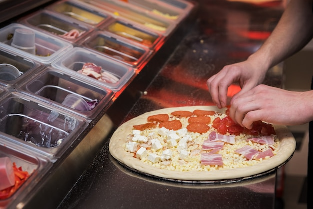 Pizza maken in de keuken Premium Foto