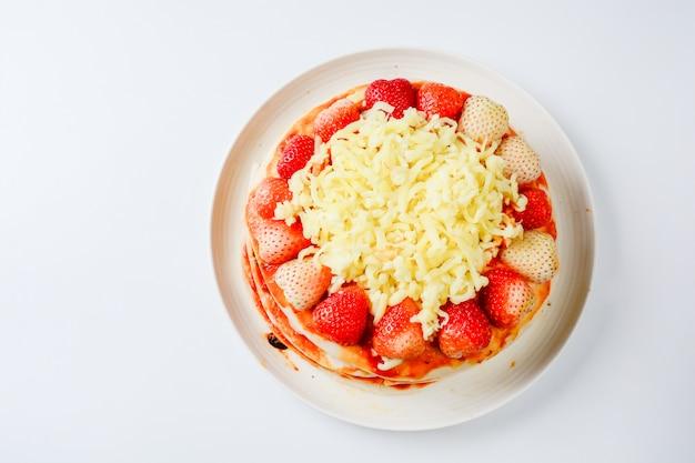 Pizza met aardbeien en kazen Premium Foto